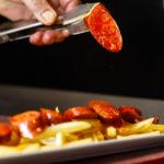 Tapa de chorizo a la parrilla y patatas fritas