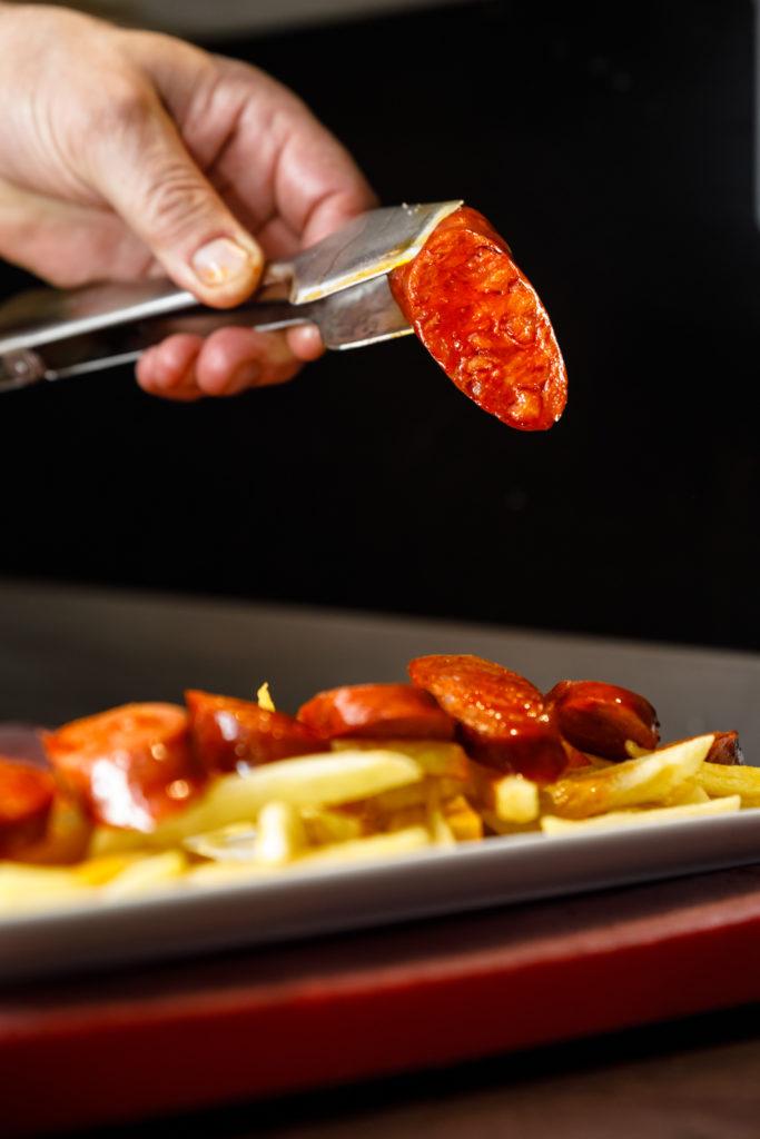 Tapas de chorizo parrillero y patatas fritas