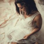 Chica morena leyendo en el suelo