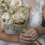 La novia con el ramo en las manos