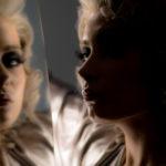 Reflejos en el salón de belleza de modelo rubia