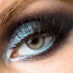 Primer plano de ojo maquillado